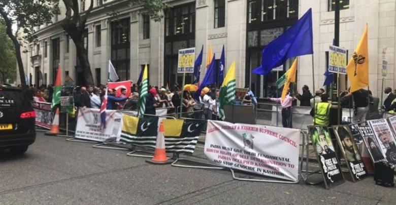 کشمیر میں مظالم پر لندن میں انڈین ہائی کمیشن کے باہر مظاہرہ