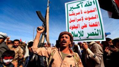 انصاراللہ کو دہشت گرد قرار دینے کے خلاف ہزاروں یمنیوں کا صنعا میں امریکی سفارت خانے کے سامنے احتجاج