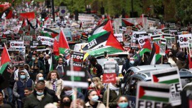 برطانیہ میں اسرائيل کے لئے جنگی جہاز بنانے والی فیکٹری کے سامنے مظاہرہ