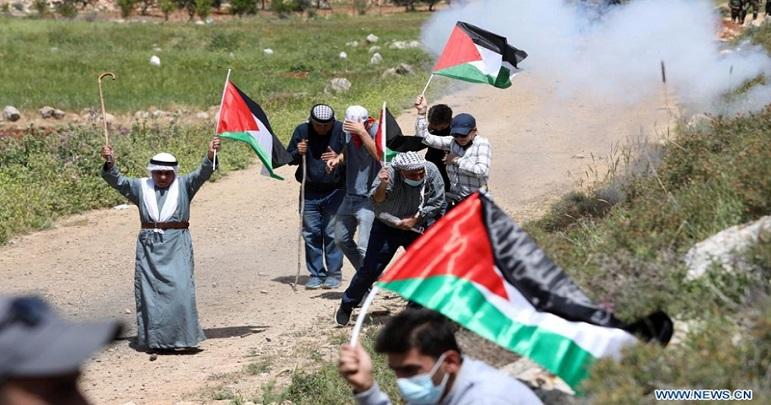 صیہونیوں کے حملے میں بیس فلسطینی زخمی، ایک گھر نذر آتش